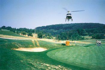 Golfplatz-Arbeiten mit Hubschrauber