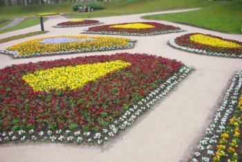 Historischer Garten mit Blumenbeeten