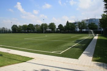Sportplatz mit Kunstrasen und Weg