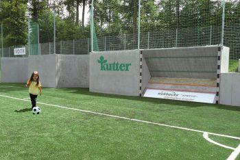 Mädchen vor Kickbacks Fußballwand