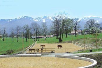 Pferdeplatz mit Berglandschaft