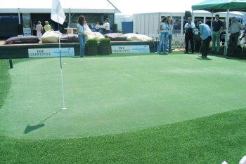 Golfanlage mit Fahne und Spielern