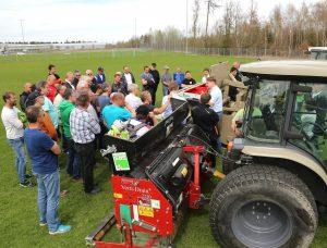 Rasentag mit Besuchern vor Rasenpflegemaschinen