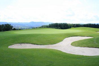 Golfplatz mit Berglandschaft