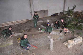 6 Azubis arbeiten an einer Aßenanlage