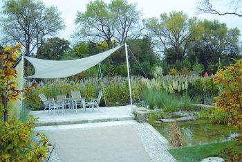 Themengarten mit Sonnenschutz und Teich