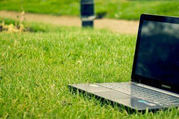 Laptop auf Rasenfläche