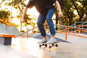 Skateboardplatz mit Skateboarder in Nahaufnahme