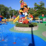 Wasserspielplatz für Kinder mit Fallschutzbelag