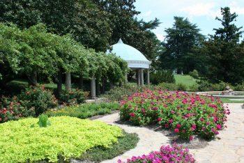 Idyllischer Garten mit Pavillion