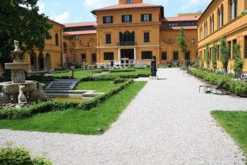 Villa mit Außenanlage und Brunnen