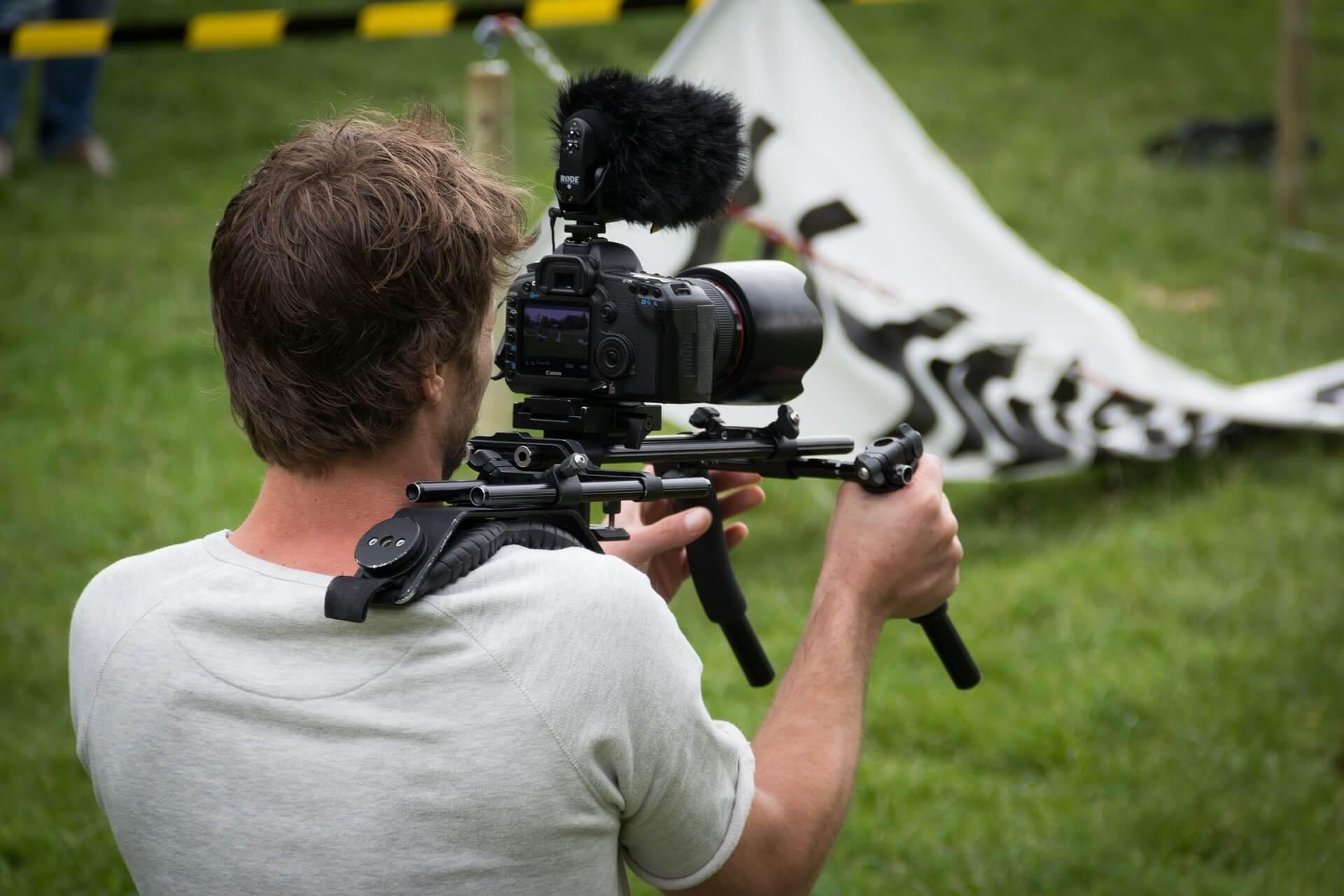 Kameramann auf Grünfläche