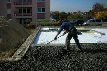 Vorplanieren des Ecoglas Boden per Hand
