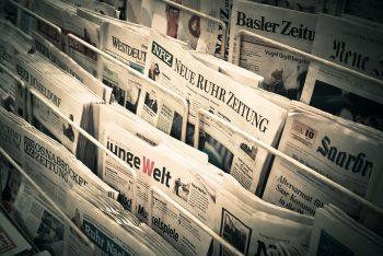 Zeitungsstand mit einer Vielzahl an überregionalen Zeitungen