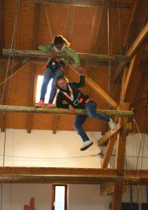Ganz nach oben geht es nur gemeinsam. Monja Rudhart (DualStudentin 3. Jahr) und Annika Schmid (Dual-Studentin 1. Jahr) haben es schon fast geschafft.