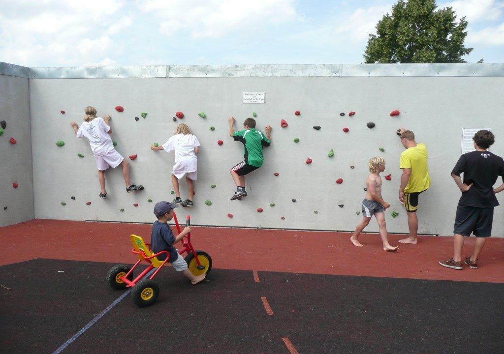 Schulen und Freizeiteinrichtungen können die Rückwand optional als Boulderwand nutzen.