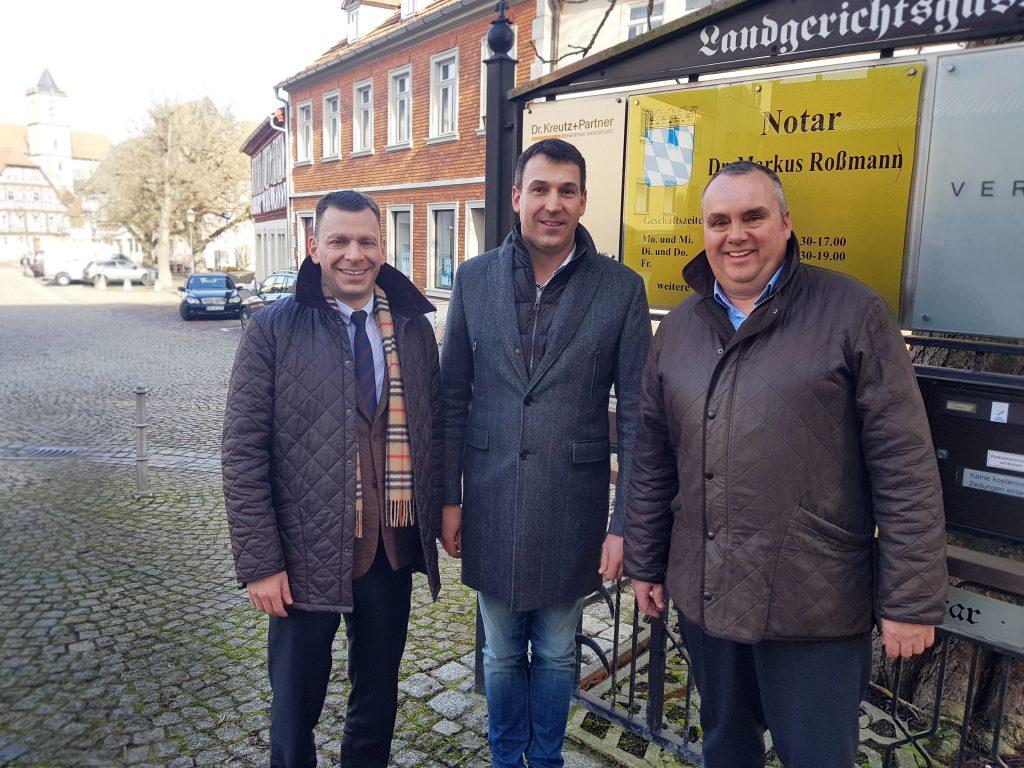 Nach der Vertragsunterzeichnung in Münnerstadt. V. l.: Dr. Markus Pfalzer, Sascha Kleinhaus und Stefan Kutter haben die Galabau Personal K&K GmbH gegründet, einen Personalservice für die Grüne Branche.
