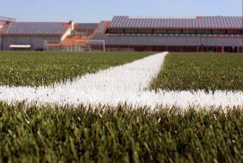 Kunstrasen-Fußballfeld mit Markierungen