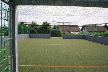 Blick aus dem Tor auf Soccercourt-Anlage