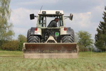 Rasenpflege mit Maschine Nahaufnahme SRS Sportplatzbau