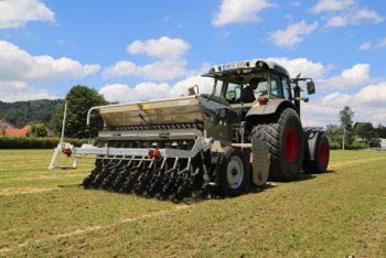 Traktor mit Anbaugerät Veriradix für Rasenpflege