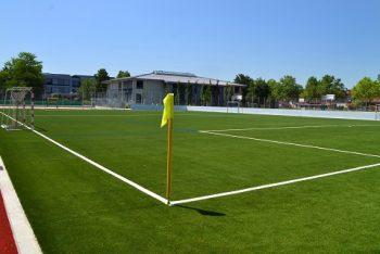 Zentraler Kunstrasenplatz, mit Sandverfüllung (Bilder: Kutter Sportanlagenbau)