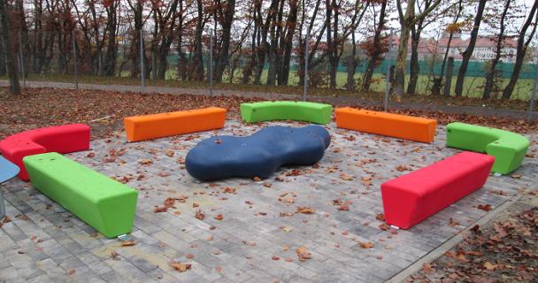 Sitzgruppe für Unterricht im Freien (Bild: Eger & Partner)